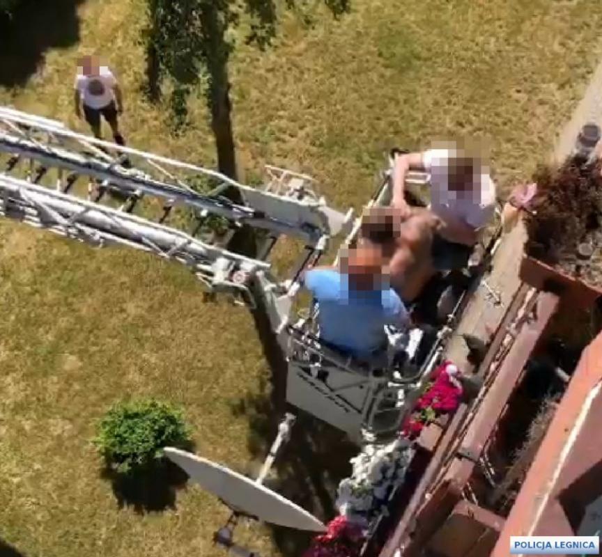 Uciekał przed policjantami po balkonach